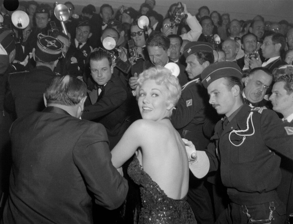 第9回映画祭で、大勢の報道陣に囲まれる米国の女優キム・ノヴァク氏(1956年4月25日)