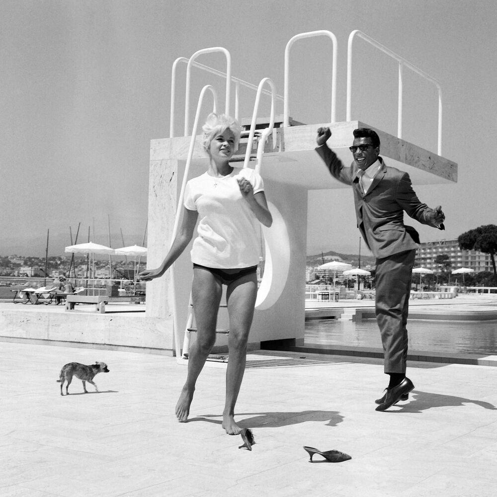 第17回映画祭で、米国の女優ジェーン・マンスフィールド氏にダンスを教える米国の歌手ロッキー・ロバーツ氏(1964年5月11日)