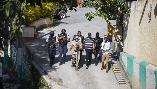 Security forces investigate the perimeters of the residence of Haitian President Jovenel Moise, in Port-au-Prince, Haiti, Wednesday, July 7, 2021. - Sputnik 日本
