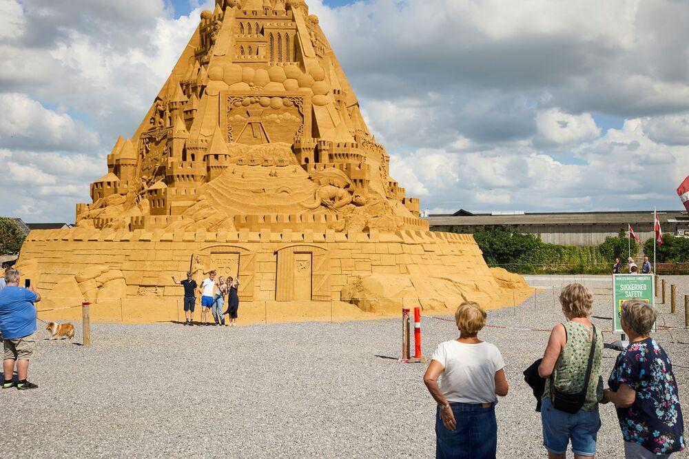 デンマーク・ブロックフスに完成した世界一高い砂の城を撮影する人々