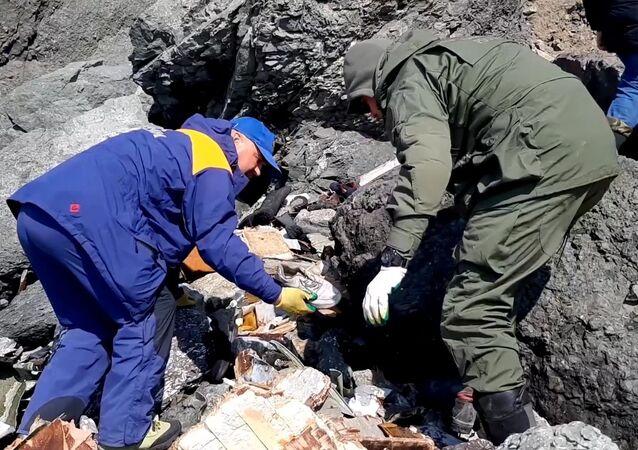 旅客機An-26の墜落現場での捜索活動