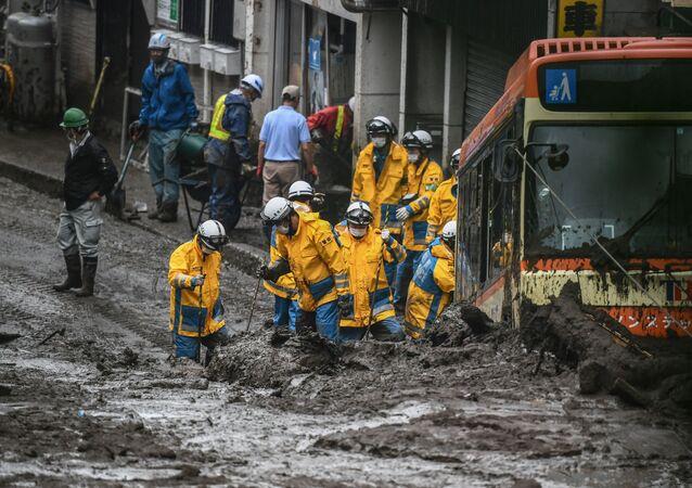 日本・静岡県熱海市で、土石流が発生した現場で行方不明者の捜索にあたる警察