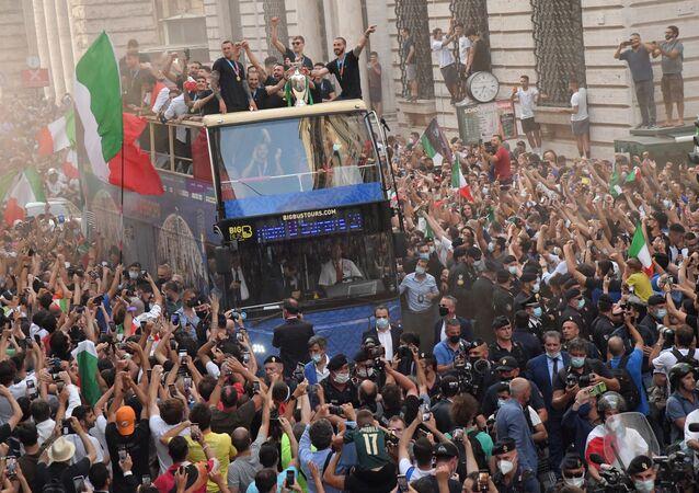 サッカー欧州選手権で優勝し、イタリア・ローマで凱旋パレードを実施するイタリア代表