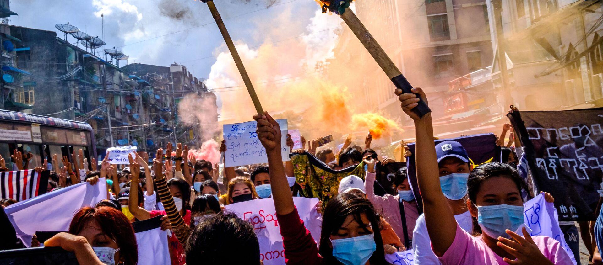 Женщины несут горящие факелы во время демонстрации против военного переворота в Янгоне  - Sputnik 日本, 1920, 29.07.2021