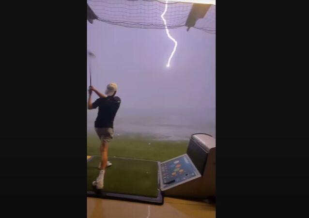 打ったゴルフボールに偶然落雷