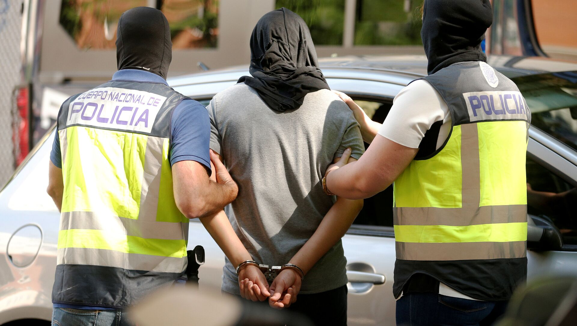 Police lead away a suspect from an apartment block during a raid in which they arrested a 32-year-old Moroccan they said was highly radicalised, in Madrid, Spain June 21, 2017 - Sputnik 日本, 1920, 20.07.2021