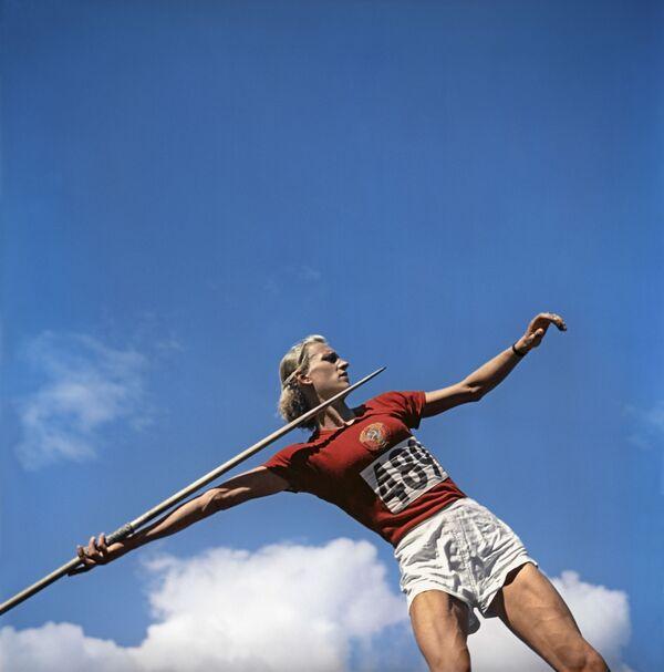 1952年ヘルシンキオリンピック(第15回大会)のやり投げに出場したソ連のアレクサンドラ・チュジナ選手 - Sputnik 日本