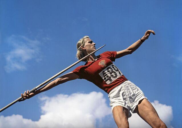 1952年ヘルシンキオリンピック(第15回大会)のやり投げに出場したソ連のアレクサンドラ・チュジナ選手