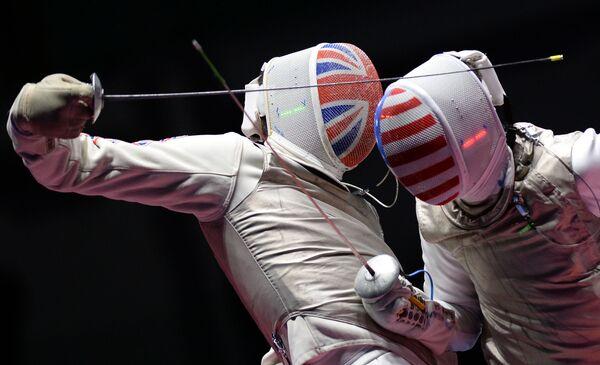 2016年リオデジャネイロオリンピック(第31回大会)の男子フェンシング個人戦準決勝で対戦する米国のアレクサンダー・マシアラス選手と英国のリチャード・クルース選手 - Sputnik 日本