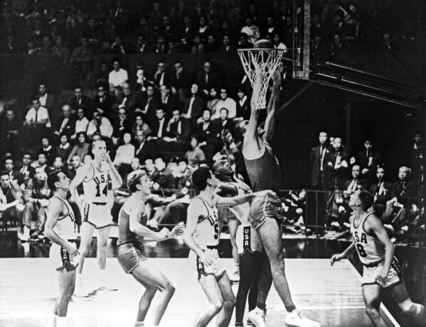 1964年東京オリンピック(第18回大会)で行われた、バスケットボールのソ連対米国の試合 - Sputnik 日本