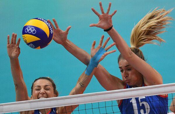 2016年リオデジャネイロオリンピック(第31回大会)の女子バレーボール決勝戦で、中国と対戦するセルビア代表のマーヤ・オグニェノビッチ選手(左)とヨバナ・ステバノビッチ 選手(右) - Sputnik 日本