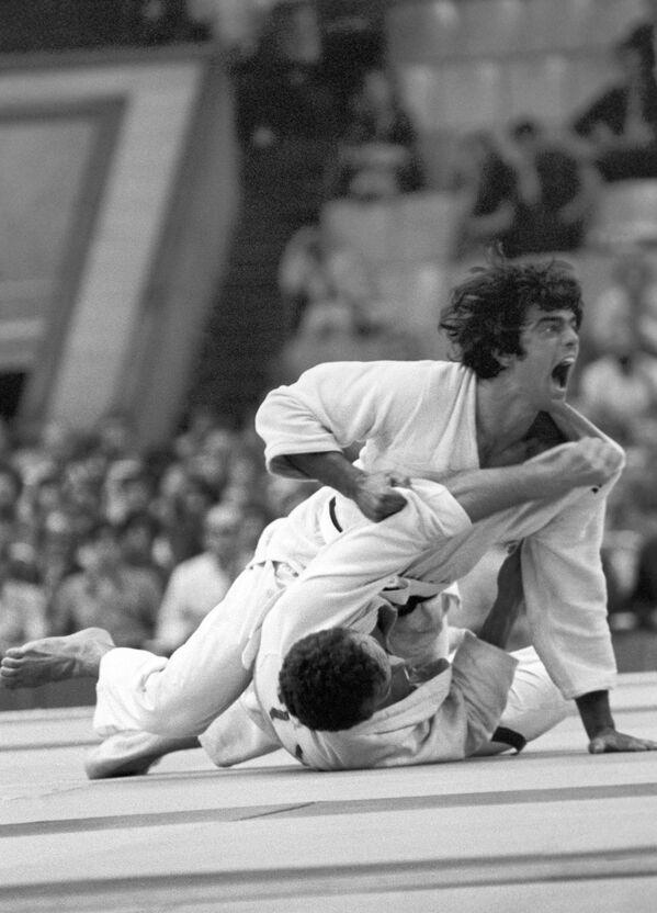 1980年モスクワオリンピック(第22回大会)の柔道95キロ以下級で対戦するブラジルのルイス・ヴィルジルゴ・モロ選手とブルガリアのツォニオ・アタナソフ選手 - Sputnik 日本