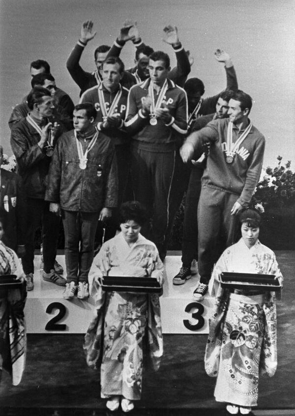 1964年東京オリンピック(第18回大会)の男子カヤック1000メートルで金メダルを獲得したソ連の選手ら - Sputnik 日本