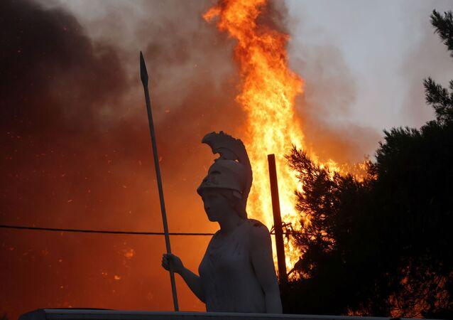 ギリシャ・アテネ北部のヴァリンポンピ郊外で発生した森林火災