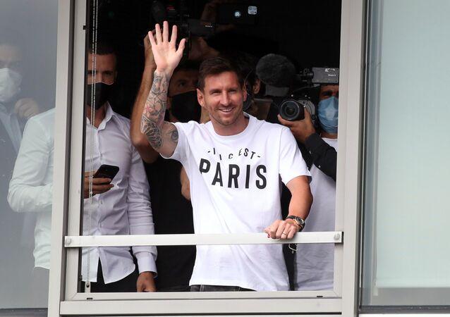 パリに到着し、サポーターらに手を振るリオネル・メッシ選手