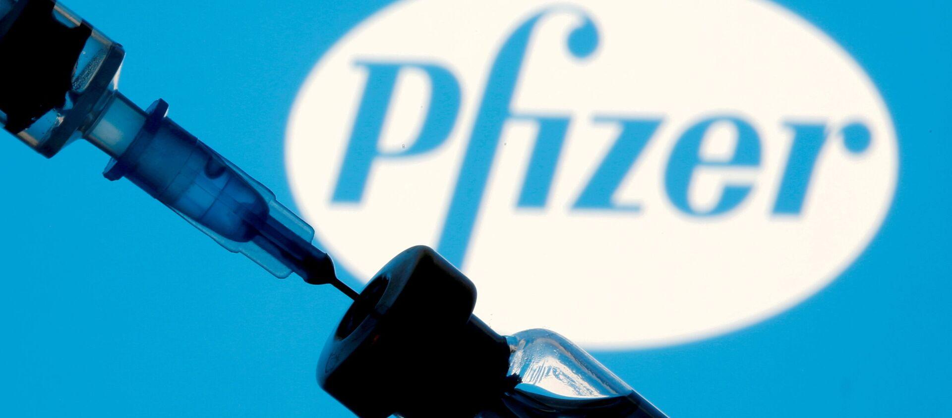 Шприц с ампулой на фоне логотипа Pfizer - Sputnik 日本, 1920, 30.09.2021
