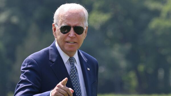 U.S. President Joe Biden gestures towards members of the media as he arrives at the White House following a stay in Delaware, in Washington, U.S., August 10, 2021. - Sputnik 日本