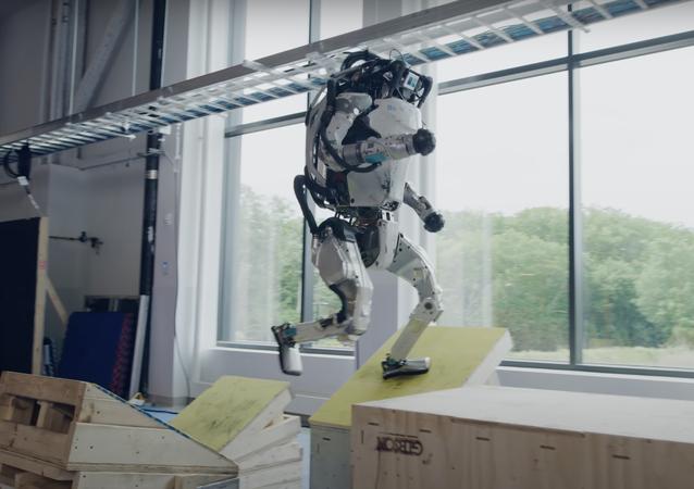 90秒間連続でジャンプ、ジョギング、ターン、フリップ Boston Dynamicsのロボットがパルクール習得