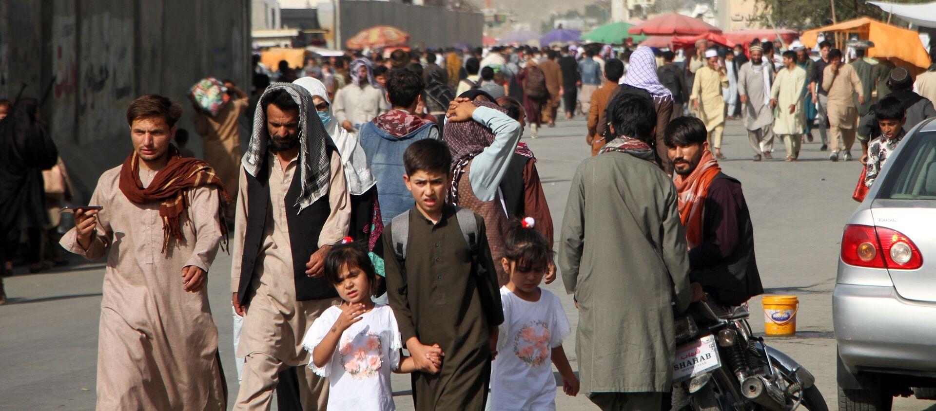 Люди возле международного аэропорта имени Хамида Карзая в Кабуле, Афганистан - Sputnik 日本, 1920, 18.09.2021