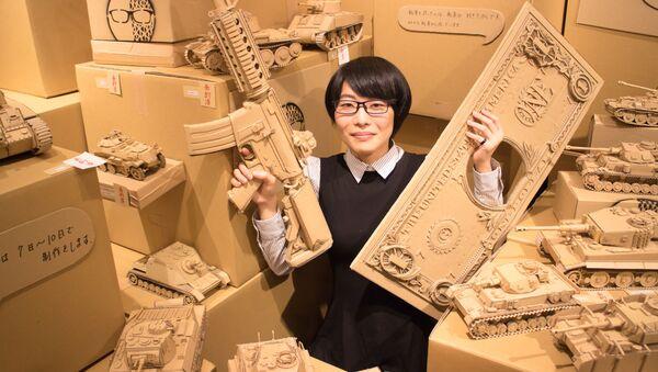 東京で開催された展示会で、自身の作品を持ってみせる大野萌菜美さん - Sputnik 日本