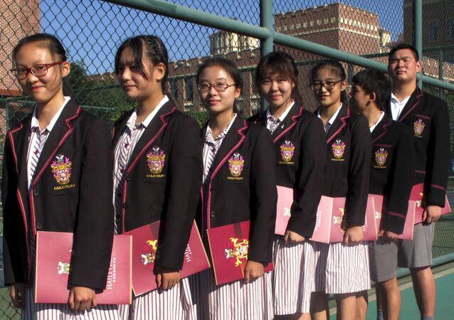 中国・天津市のインターナショナルスクールで、開校式に備える生徒ら
