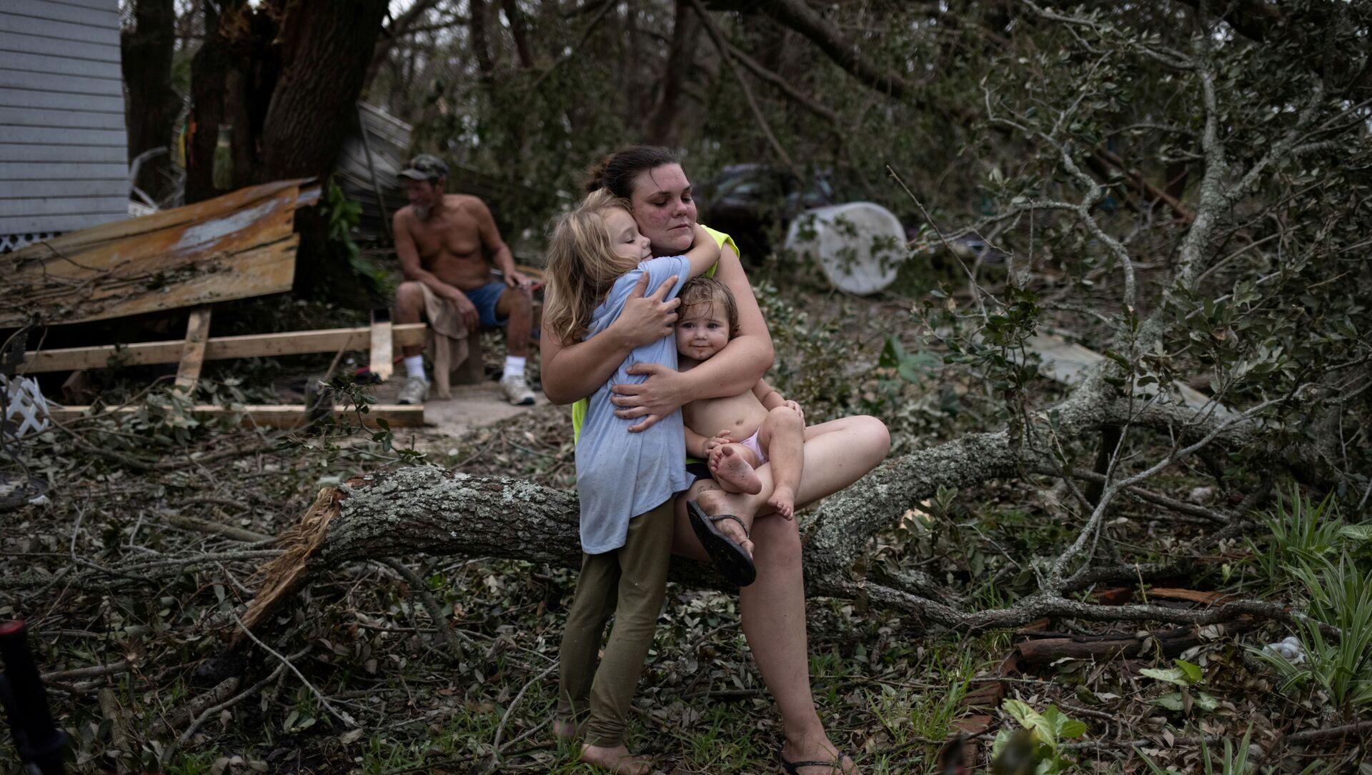 Семья у разрушенного дома после прохождения урагана Ида в штате Луизиана  - Sputnik 日本, 1920, 03.09.2021
