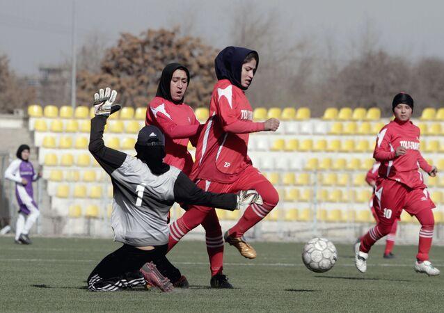 アフガン 女子サッカー選手ら