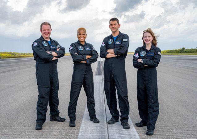宇宙旅行者:スペースX、乗客4人を乗せた宇宙船クルードラゴン打ち上げ 宇宙旅行ミッション「Inspiration4」