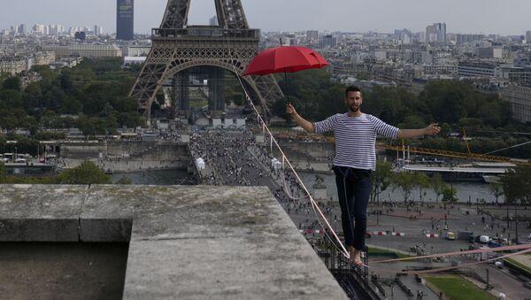 フランスの綱渡り師 エッフェル塔から劇場まで670メートルを移動 - Sputnik 日本