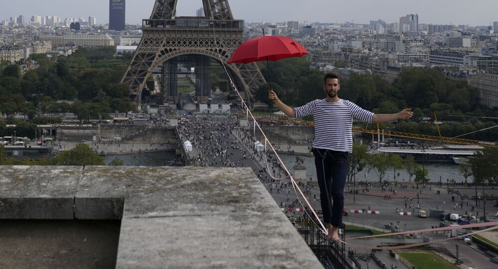 フランスの綱渡り師 エッフェル塔から劇場まで670メートルを移動