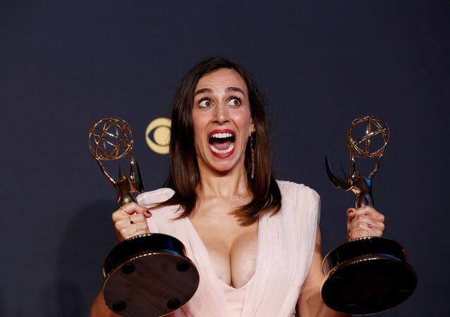 トロフィーを手にポーズを取るルシア・アニエロさん ロサンゼルスで開催された第73回エミー賞授賞式で