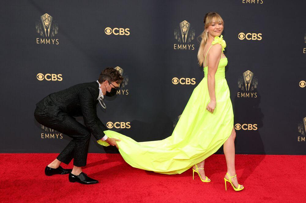 レッドカーペットに立つドレス姿の女優ケイリー・クオコさん