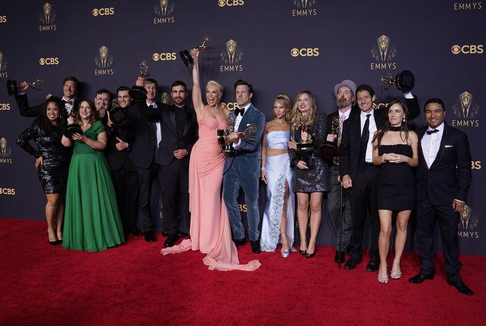 『テッド・ラッソ』のキャストたち 第73回エミー賞の授賞式で