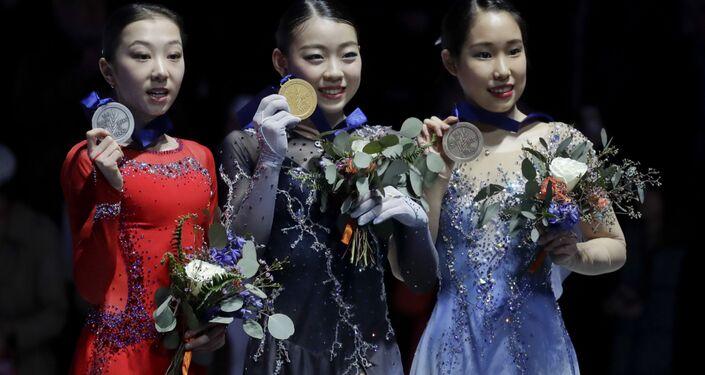 四大陸フィギュアスケート選手権の表彰台に立つエリザベート・トゥルシンバエワ選手と紀平梨花選手、三原舞依選手