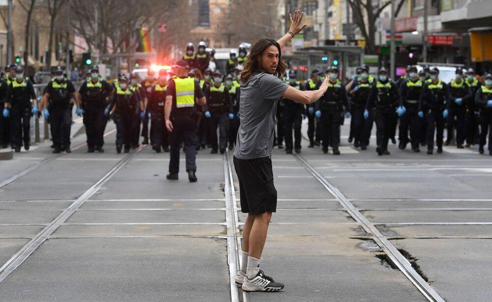 オーストラリア・メルボルンで行われたロックダウン反対デモで、警察と対峙するデモ参加者