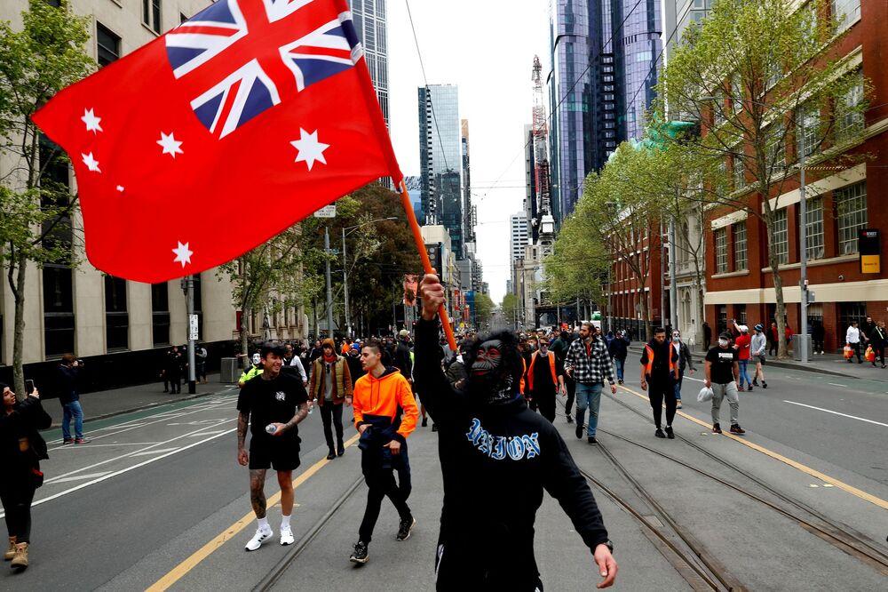 オーストラリア・メルボルンで行われたロックダウン反対デモで、通りを行進するデモ参加者