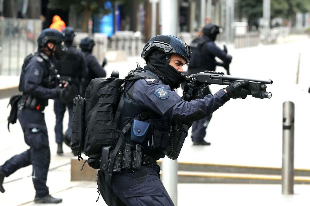 オーストラリア・メルボルンで行われたロックダウン反対デモで、行進するデモ参加者を鎮圧しようとする機動隊