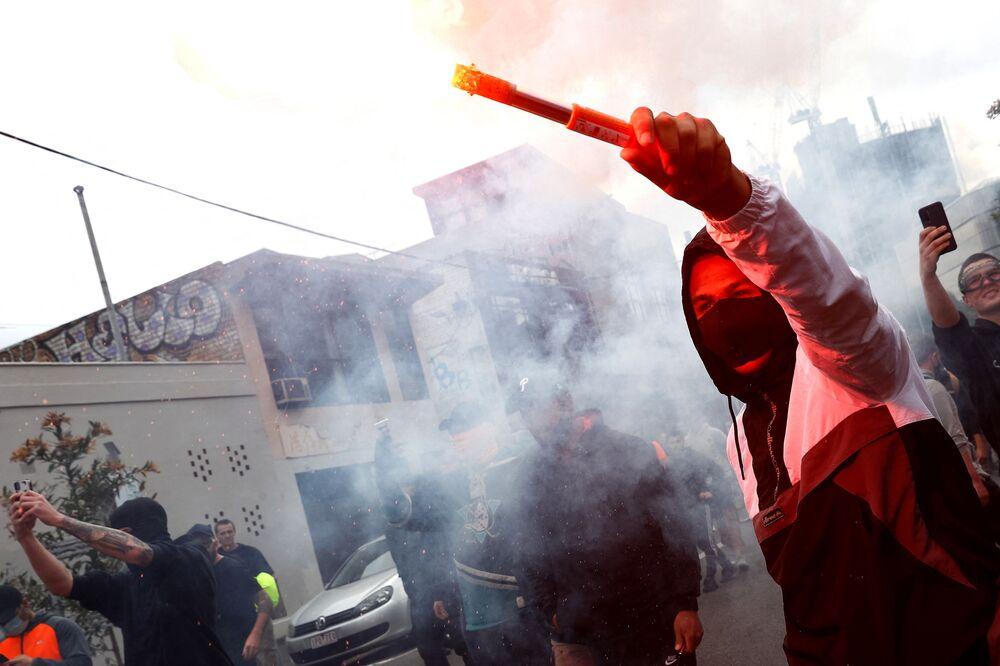 オーストラリア・メルボルンで行われたロックダウン反対デモで、発煙筒を振りながら行進するデモ参加者
