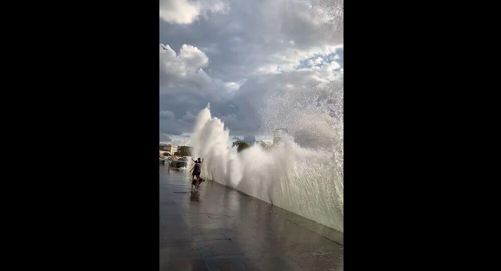 歩行者もビックリ 堤防に想像を超える高波