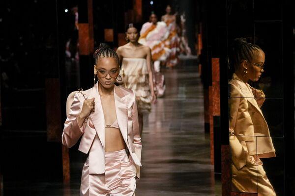 イタリア・ミラノで行われたミラノ・コレクションで「フェンディ」の2022年春夏コレクションの着用するモデル - Sputnik 日本