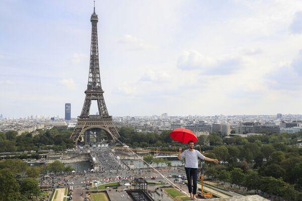 フランス・パリで開催された「第38回欧州文化遺産の日」で、エッフェル塔と国立シャイヨー劇場の間に張られたスラックラインを歩くナタン・ポランさん - Sputnik 日本