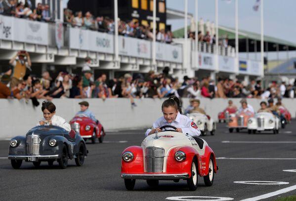 英ウェスト・サセックス州グッドウッドで開催されたクラシックカーのイベント「グッドウッド・リバイバル」で、ペダルカーレースに参加する子どもたち - Sputnik 日本