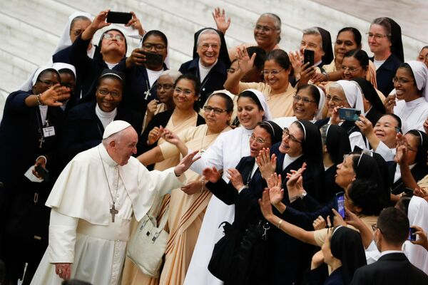 バチカン市国のパウロ6世記念ホールで行われた毎週恒例の一般謁見で、人々に挨拶するローマ教皇フランシスコ - Sputnik 日本