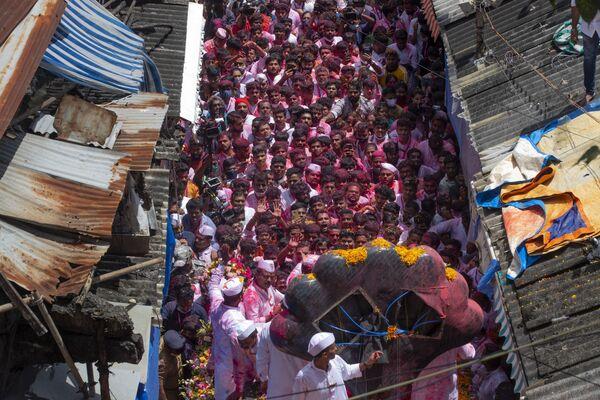 インド・ムンバイで、ヒンドゥー教の神ガネーシュの誕生を祝う「ガネーシュ祭」に参加する市民ら - Sputnik 日本