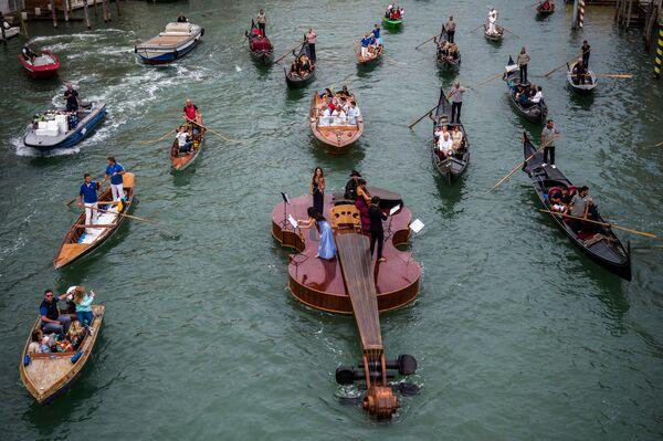 イタリア・ベネチアのカナル・グランデを航行する、イタリア人彫刻家リビオ・デ・マルキ氏が制作した巨大なバイオリンの彫刻「ノアのバイオリン」 - Sputnik 日本