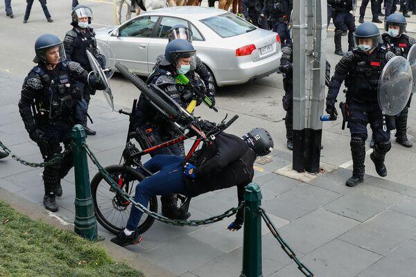 オーストラリア・メルボルンで行われたロックダウン反対デモで、デモ参加者を拘束する警察 - Sputnik 日本