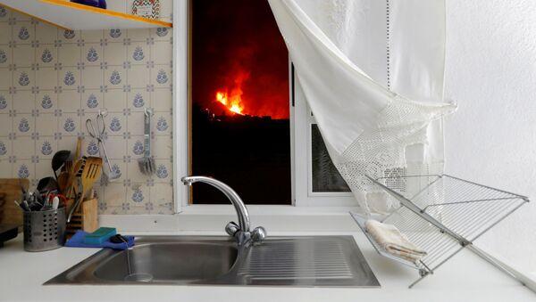 キッチンの窓から溶岩が見えるクンブレビエハ火山から流れ出す溶岩 - Sputnik 日本