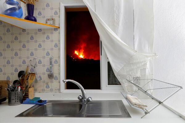キッチンの窓から見える、クンブレビエハ火山から流れ出す溶岩 - Sputnik 日本