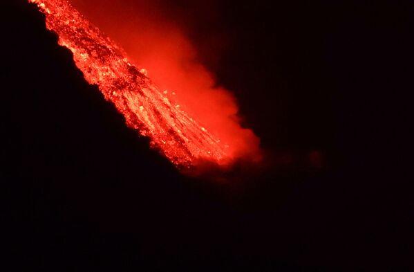 クンブレビエハ火山から海へ流れ込む溶岩 - Sputnik 日本