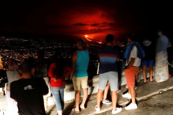 クンブレビエハ火山から流れ出る溶岩を眺める住民 - Sputnik 日本